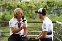 Jenson Button, McLaren avec les médias