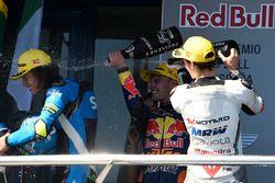 Podium : le vainqueur Brad Binder, Red Bull KTM Ajo, le deuxième, Nicolo Bulega, Sky Racing Team VR46, et le troisième, Francesco Bagnaia, Aspar Team Mahindra fêtent leur victoire au champagne