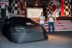 Jamie Puig e Alejandro Mesonero-Romanos e la Seat Leon TCR ancora velata
