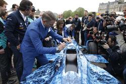 Offizielle und Fahrer unterschreiben auf dem Eisberg-Design des Formel E -Wagen, das Geld sammelt im