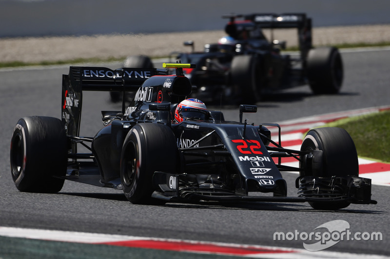 Jenson Button, McLaren MP4-31 en la pista por delante de Fernando Alonso, McLaren MP4-31