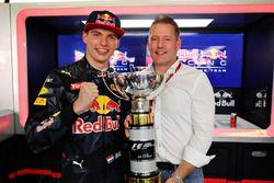 Max Verstappen, Red Bull Racing festeggia la prima vittoria in F.1 con il padre Jos Verstappen