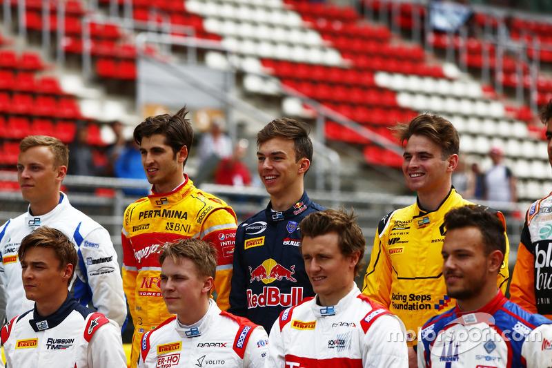 Antonio Giovinazzi, PREMA Racing; Pierre Gasly, PREMA Racing e Oliver Rowland, MP Motorsport nella foto di classe della GP2 Series
