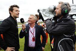 Jolyon Palmer, Renault Sport F1 Team con Johnny Herbert, Sky Sports F1 Presentador en el desfile de