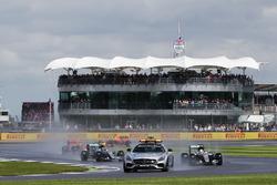 Lewis Hamilton, Mercedes AMG F1 W07 Hybrid, güvenlik aracının arkasında lider