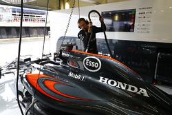 Un mécanicien McLaren au travail