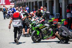 Yarış öncesi motosikletler garajdan çıkıyor