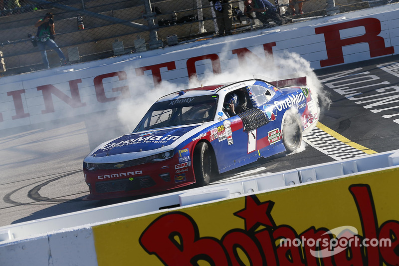 Il vincitore della gara Elliott Sadler, JR Motorsports Chevrolet