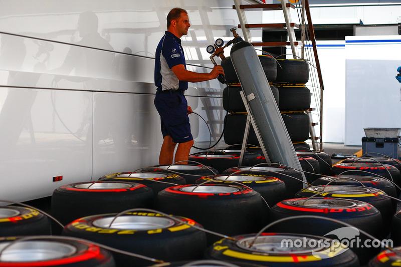 Un meccanico Williams con gli pneumatici