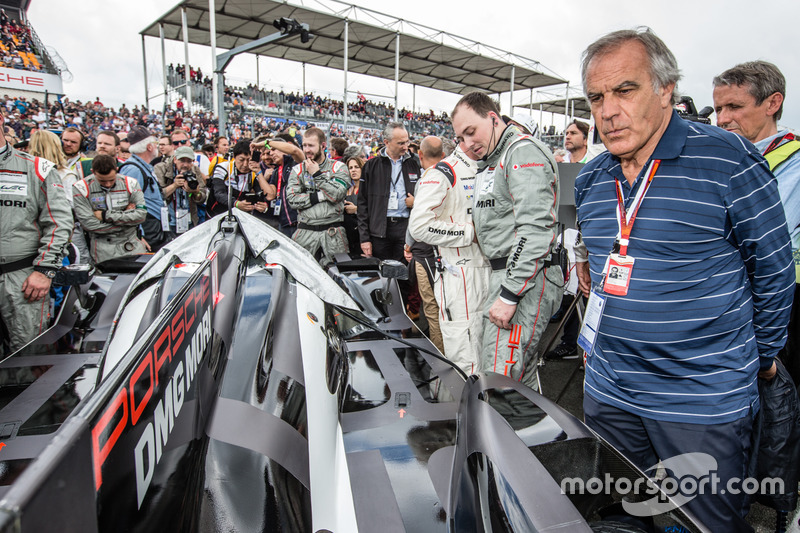 Dibujante Técnico de Motorsport.com Giorgio Piola mira al ganador de la pole#2 Porsche Team Porsche 919 Hybrid