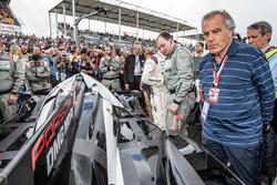 Джорджио Пиола, технический иллюстратор Motorsport.com рассматривает машину #2 Porsche Team Porsche 919 Hybrid взявшую поул
