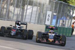 Jenson Button, McLaren MP4-31 y Carlos Sainz Jr., Scuderia Toro Rosso STR11