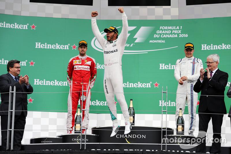 Переможець гонки Льюїс Хемілтон, Mercedes AMG F1 W07 Hybrid святкує на подіумі