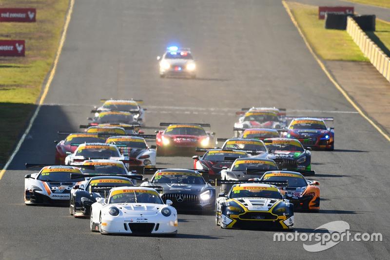 Start action, #911 Walkinshaw GT3 Porsche 911 GT3-R: John Martin, Duvashen Padayachee