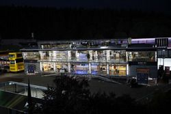 La Red Bull Energy Station di notte