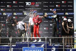 Podio: ganador de la carrera James Nash, Team Craft-Bamboo, SEAT León TCR, segundo lugar Mikhail Gra
