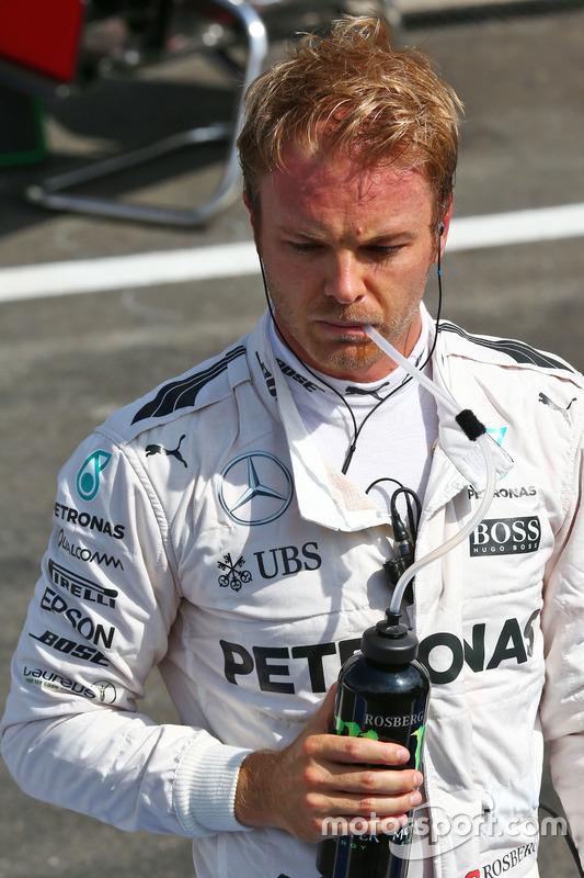 Nico Rosberg, Mercedes AMG F1 ai box mentre la gara è sospesa