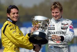 Kimi Räikkönen, McLaren, übergibt den Siegerpokal an Giancarlo Fisichella, Jordan