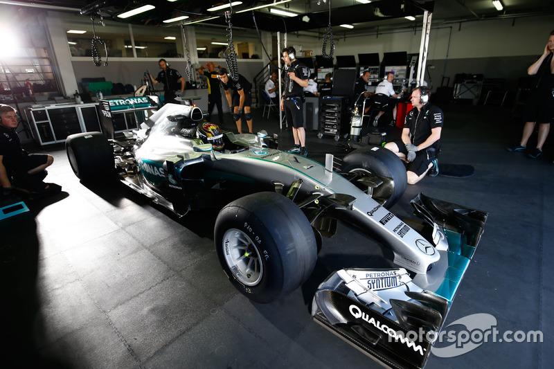Pascal Wehrlein, Mercedes AMG F1 W06 Hybrid, con le Pirelli 2017