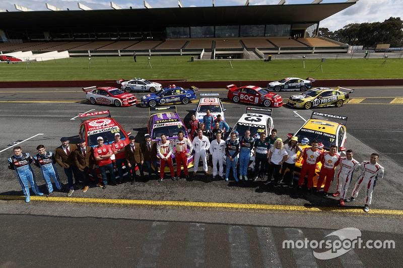 Gruppenfotos mit den Fahrern und den Fahrzeugen im Retrodesign