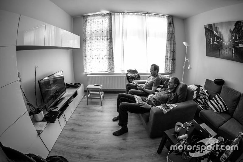 Алексей Лукьянюк и Алексей Арнаутов просматривают записи онбордов, Ралли Ипр