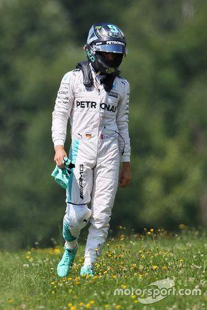 Nico Rosberg, de Mercedes AMG F1 W07 híbrido se estrelló en la tercera sesión de entrenamientos