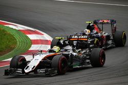 Sergio Pérez, Sahara Force India F1 VJM09 et Carlos Sainz Jr., Scuderia Toro Rosso STR11