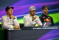 Nico Rosberg, Mercedes AMG F1 met ploegmaat Lewis Hamilton, Mercedes AMG F1 en Daniel Ricciardo, Red Bull Racing in de persconferentie