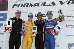 Podium: Sieger Roy Nissany, Lotus; 2. Louis Deletraz, Fortec Motorsports; 3. Matthieu Vaxiviere, SMP