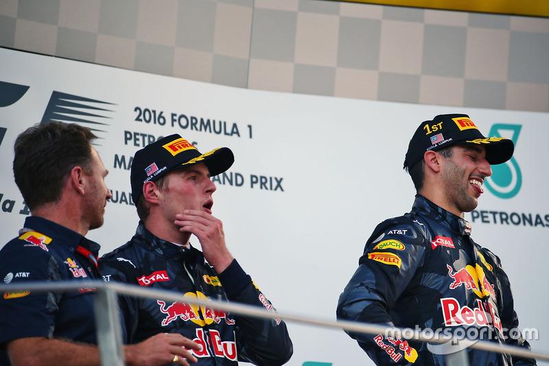El podio: Christian Horner, jefe de equipo de carreras Red Bull con segundo a Max Verstappen, Red Bull Racing y el ganador de la carrera Daniel Ricciardo, Red Bull Racing