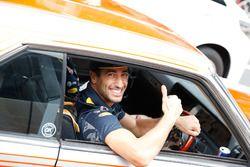 Daniel Ricciardo en Max Verstappen, Red Bull Racing rijden rond Tokio in een Bosozuko