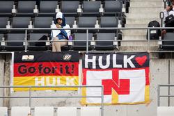 Tifosi sugli spalti con striscioni per Nico Hulkenberg, Sahara Force India F1