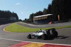 Nico Rosberg, Mercedes AMG F1 W07 Hybrid con la cubierta de la cabina de Halo
