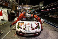 Parada en pits para el #60 Formula Racing Ferrari 458 Italia: Christina Nielsen, Mikkel Mac, Johnny