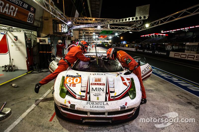 توقف السيارة رقم 60 فورمولا ريسينغ فيراري 458 إيطاليا: كريستينا نيلسن، ميكيل ماك، جوني لورسن