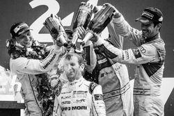 LMP1 Podio: clase y los ganadores de la general #2 Porsche Team Porsche 919 Hybrid: Romain Dumas con