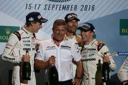 Podium: les vainqueurs Timo Bernhard, Mark Webber, Brendon Hartley, Fritz Enzinger, Vice-Président LMP1, Porsche Team