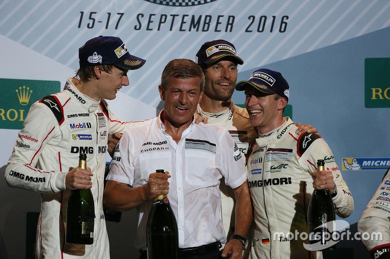المنصة: الفائز بالسباق فريق بورشه 919 الهجينة: تيمو بيرنهارد، مارك ويبر، برندون هارتلي