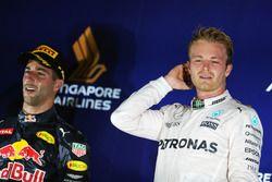 Podio: secondo Daniel Ricciardo, Red Bull Racing e il vincitore Nico Rosberg, Mercedes AMG F1