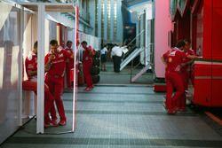 Meccanici Ferrari nel paddock