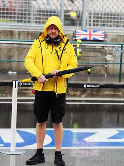 Andy Stobart, oficial de prensa Renault Sport F1 Team observa como una tormenta de lluvia golpea el