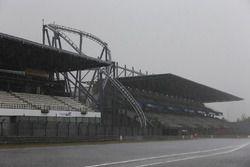 Cae la lluvia en el circuito
