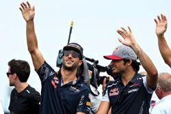 Daniel Ricciardo, Red Bull Racing y Carlos Sainz Jr., Scuderia Toro Rosso en el desfile de pilotos