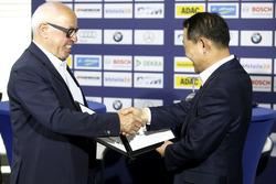 Hans Werner Aufrecht, Team Chef HWA, ITR Präsident und Ho-Youl Pae, Hankook Europa