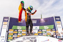 Gabriel Robe celebra en la carrera 2