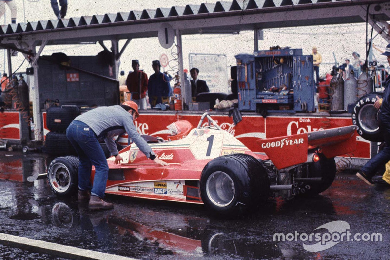 """E foi nesta edição, em Fuji, que aconteceu a famosa prova que deu o título mundial a James Hunt, com o abandono de Niki Lauda, sob muita chuva. O episódio foi retratado brilhantemente no filme """"Rush - No limite da emoção"""""""