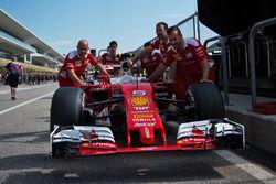Ferrari SF16-H empujado por los mecánicos al escrutinio