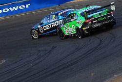 Fabian Coulthard, Team Penske Ford, et Mark Winterbottom, Prodrive Racing Australia Ford