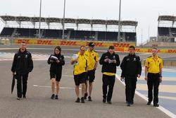 Jolyon Palmer, Renault Sport F1 Team RS16 maakt wandeling op het circuit met het team