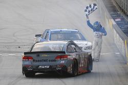 Race winner Kevin Harvick, Stewart-Haas Racing Chevrolet celebrates with Tony Stewart, Stewart-Haas Racing Chevrolet